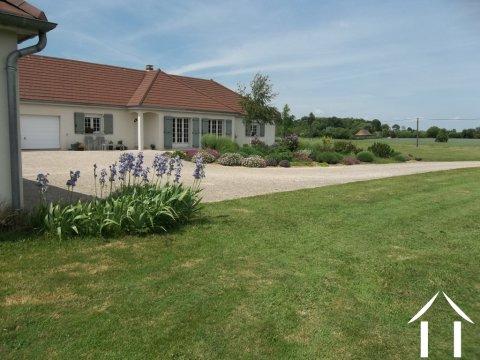 Woonhuis te koop pierre de bresse bourgogne 8516 - Landscaping modern huis ...