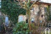 Te renoveren huis met bijgebouwen en tuin