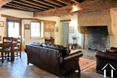 salon avec cheminée, poutres et tomettes