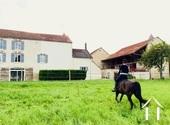 Leuk dorpshuis met paardenboxen en 1 HA land