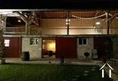 schuur met 2 paardenboxen, zadelkamer en groot overdekt terras op de eerste verdieping