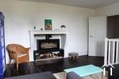 woonkamer met moderne houtkachel