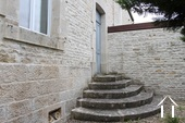 stenen trap naar voordeur