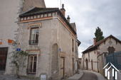 Klein huisje aan middeleeuws plein