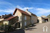 Typisch Bourgondisch huis met zicht op wijngaarden.