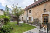 Charmant huis met bijgebouwen en tuin